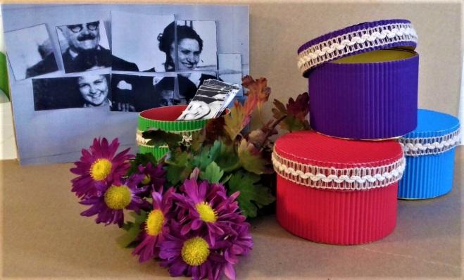Poza Puzzle cu amintiri cutii si flori